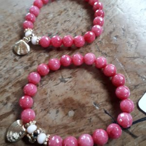 deep coral glass beed strech bracelet with gold shell charm